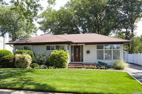 527 Larch Ln, East Meadow, NY 11554