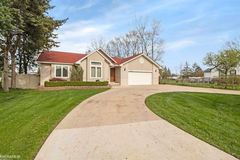 Photo of 37218 Curwood Dr, Sterling Heights, MI 48310