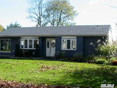 8 Mount Rainier Ave Farmingville, NY 11738