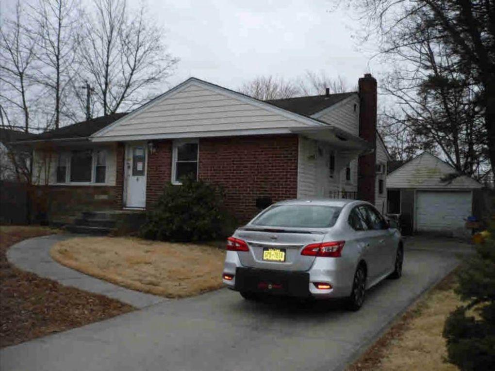 4 Fox Pl, Hicksville, NY 11801