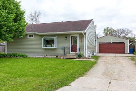Photo of 1621 Hyperion Dr, Waterloo, IA 50703