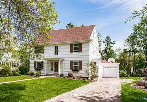 Photo of 2710 E 7th St, Duluth, MN 55812