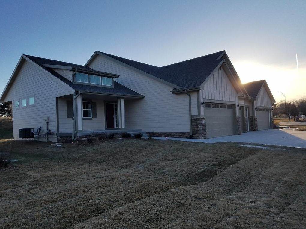 6217 Waterford Ct, Johnston, IA 50131