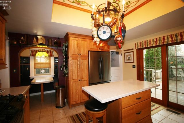 1402 E Fox Rd, Sandusky, OH 44870 - Kitchen