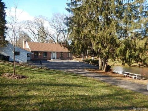 565 Cherry Tree Ln, Rochester Hills, MI 48306