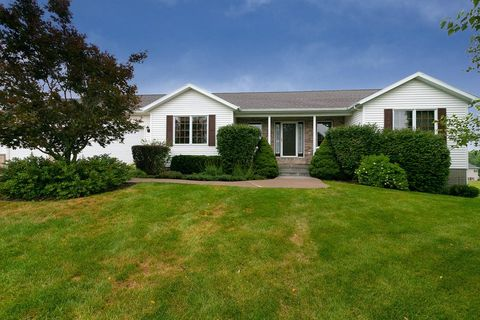 Photo of 2731 Birdie Dr, Muscatine, IA 52761