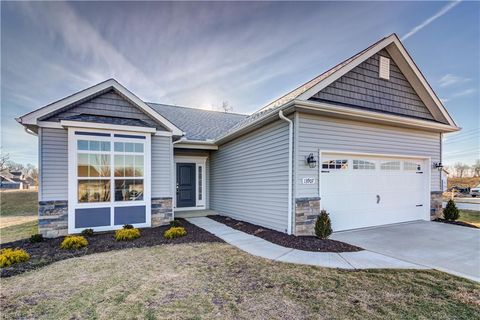 Photo of 13907 Woodhawk Dr, Strongsville, OH 44136
