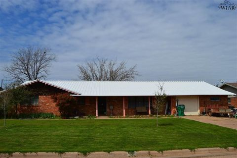 Photo of 105 N Crescent Ln, Electra, TX 76360