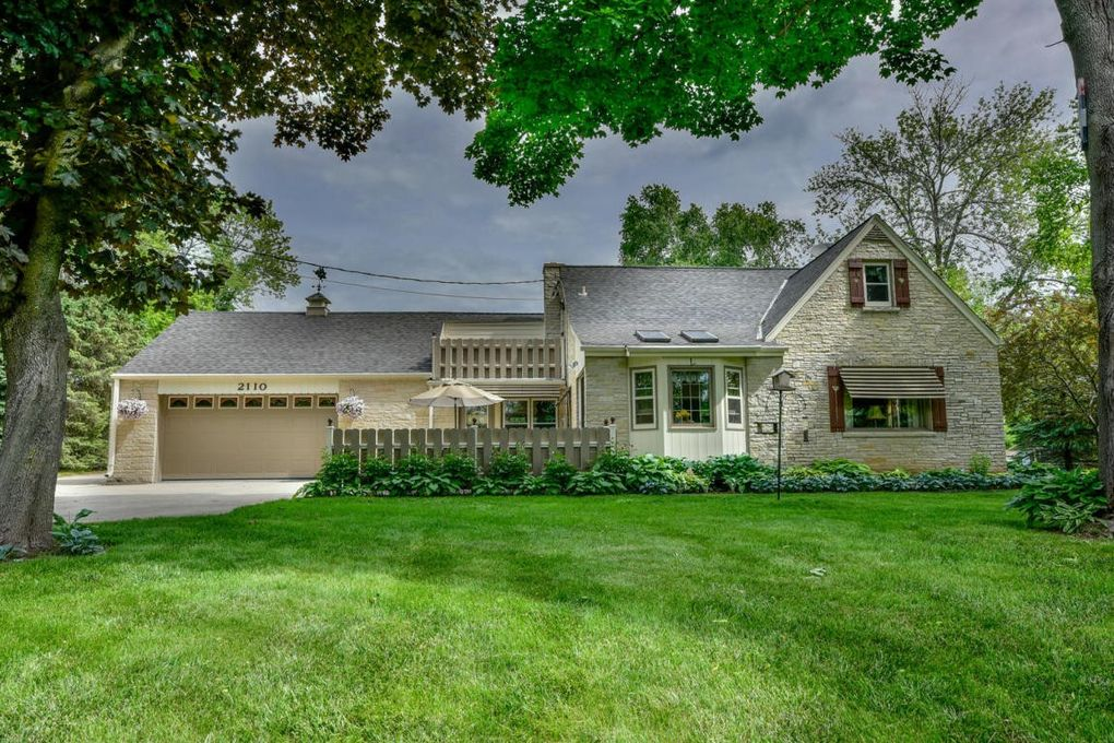 2110 W Highland Rd, Mequon, WI 53092