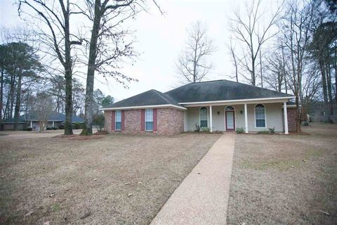 936 Mountain Crest Dr, Byram, MS 39272
