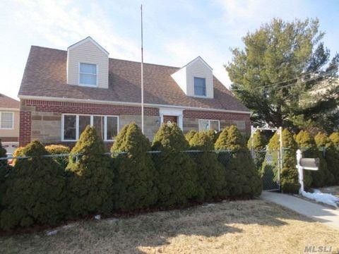 Photo of 383 S 6th St, Lindenhurst, NY 11757