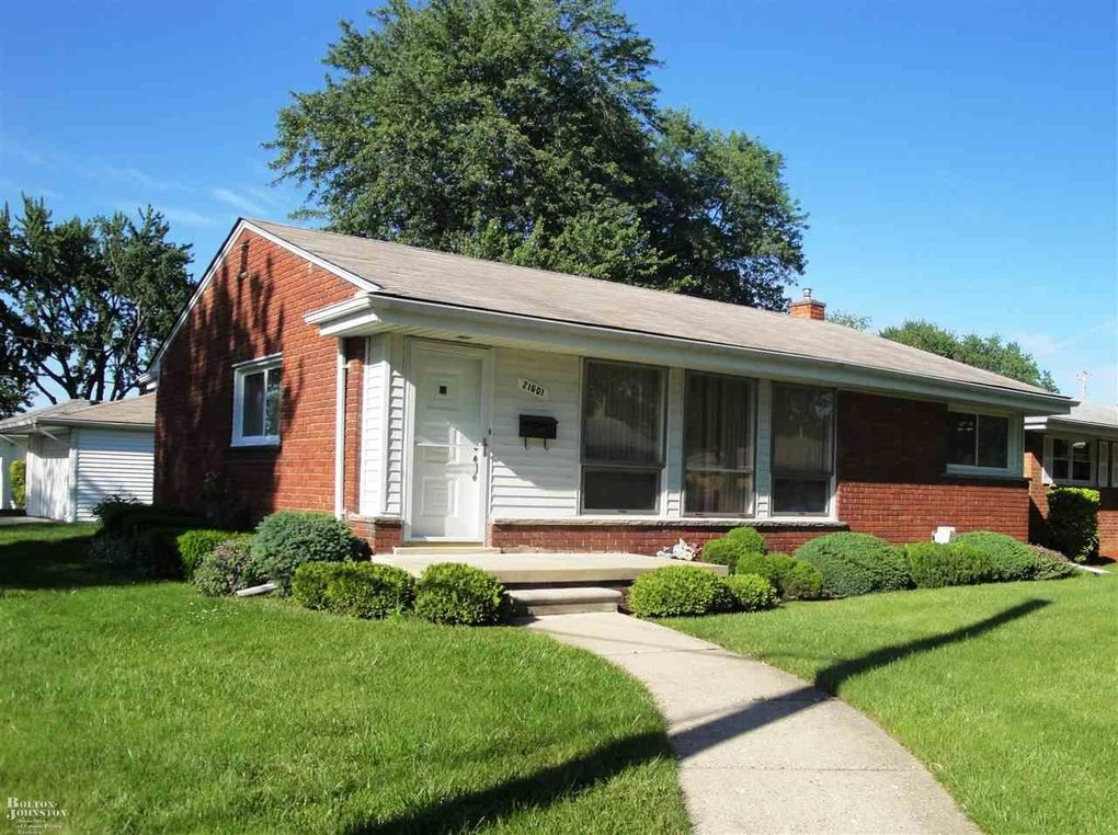 21601 Lakeshire St Saint Clair Shores, MI 48081