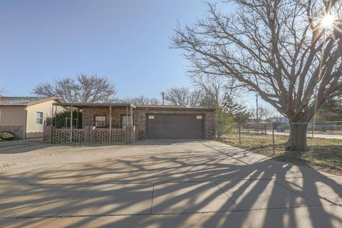 Photo of 950 S 17th St, Slaton, TX 79364