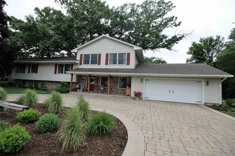 Photo of 109 Bailey Dr, Manchester, IA 52057
