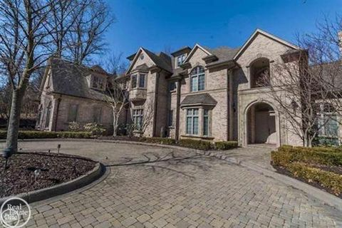 Photo of 1553 Scenic Hollow Dr, Rochester Hills, MI 48306