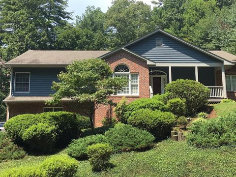 Photo of 284 Sweetwater Hills Dr, Hendersonville, NC 28791