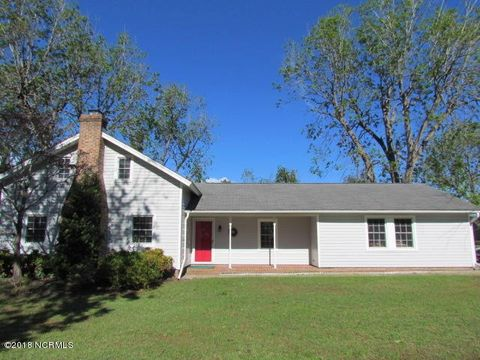602 Columbia Ave, Lake Waccamaw, NC 28450