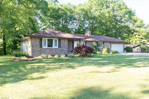 Photo of 190 Tulip Dr, Hubbard, OH 44425