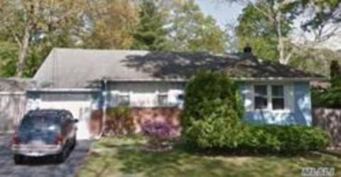 11 Center St, Lake Ronkonkoma, NY 11779