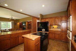 4105 Pebble Ln, Sandusky, OH 44870 - Kitchen