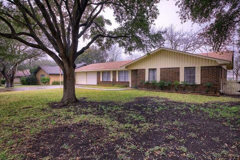 Photo of 2304 W Lake Dr, Taylor, TX 76574