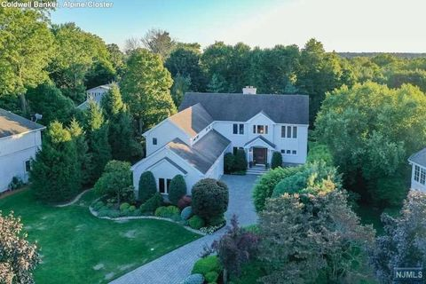 8 Blackledge Ct, Closter, NJ 07624