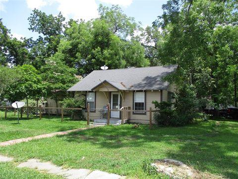 Photo of 102 N Elm St, Sweeny, TX 77480