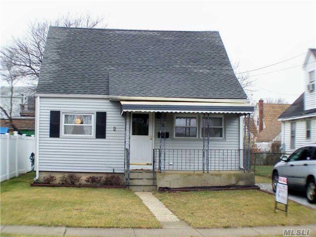 18 Schley Ave, Lindenhurst, NY 11757