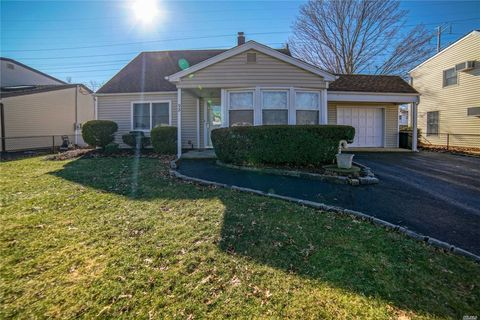 Photo of 92 Cornflower Rd, Levittown, NY 11756