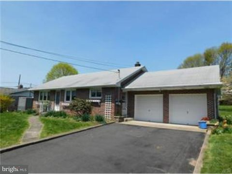 225 E Oxford St, Coopersburg, PA 18036
