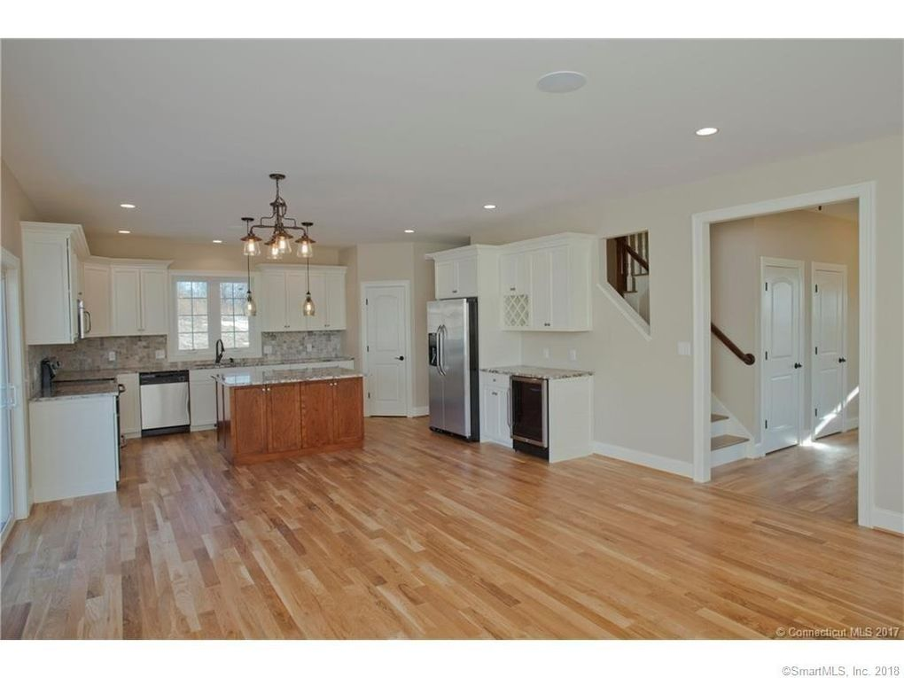 10 Seaview Ter, Waterford, CT 06385