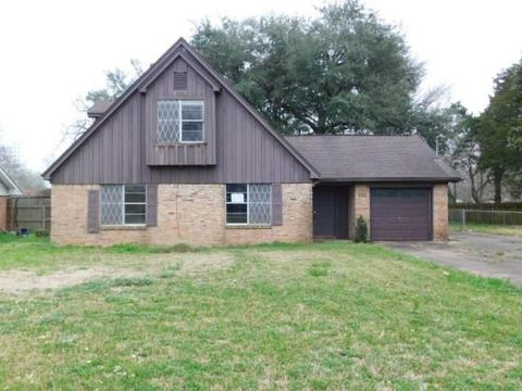 Photo of 113 Lazy Ln, Lake Jackson, TX 77566