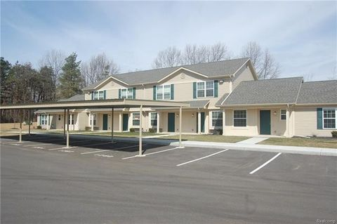 1264 Pine Ridge Dr, Highland Township, MI 48357