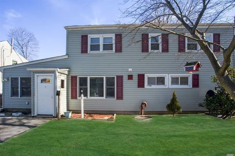 Photo of 38 Stonecutter Rd, Levittown, NY 11756