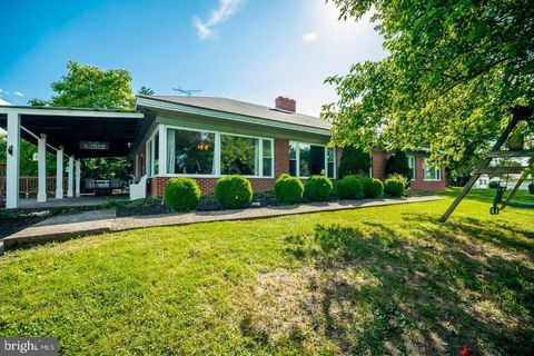 Photo of 404 Overlook Dr, Martinsburg, WV 25401