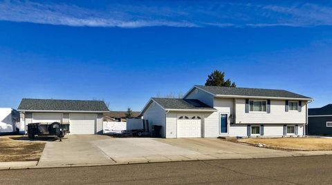 702 28th St W, Dickinson, ND 58601