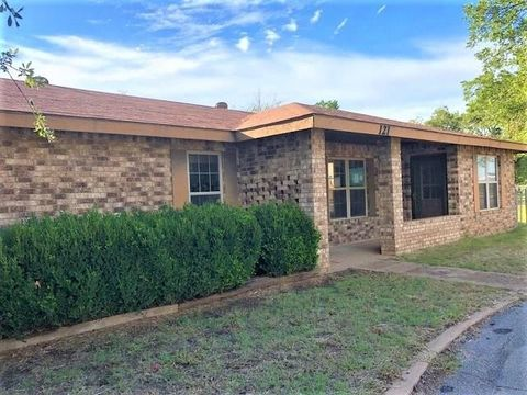 Photo of 121 N 12th Ave, Munday, TX 76371