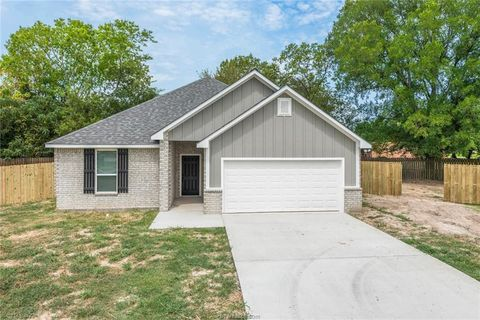 Photo of 106 Ashton St, Madisonville, TX 77864