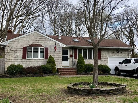 141 Weaver Rd, West Sayville, NY 11796