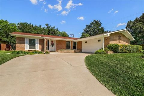 Photo of 11739 Coral Hills Dr, Dallas, TX 75229