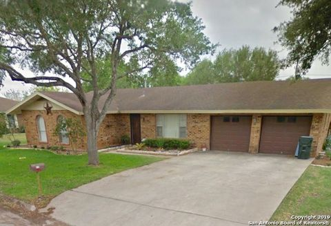 Photo of 810 Muecke Dr, Karnes City, TX 78118