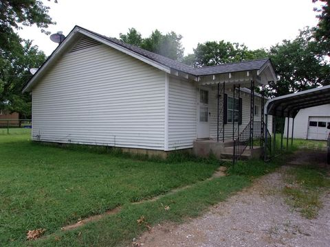 408 N Cedar St, Caney, KS 67333