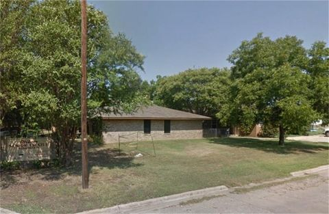 Photo of 1100 N Crockett Ave, Cameron, TX 76520