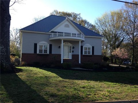 Photo of 402 E 2nd Ave, Easley, SC 29640