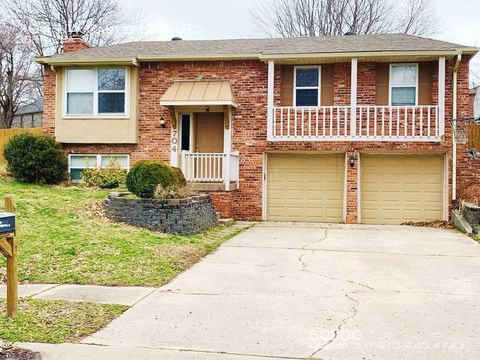 Photo of 704 Nw Canterbury Rd, Blue Springs, MO 64015