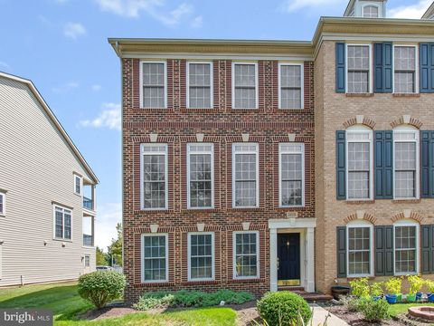 Photo of 25813 Mews Ter, Chantilly, VA 20152