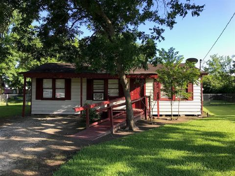 Photo of 210 N Shady Oaks St, Lake Jackson, TX 77566