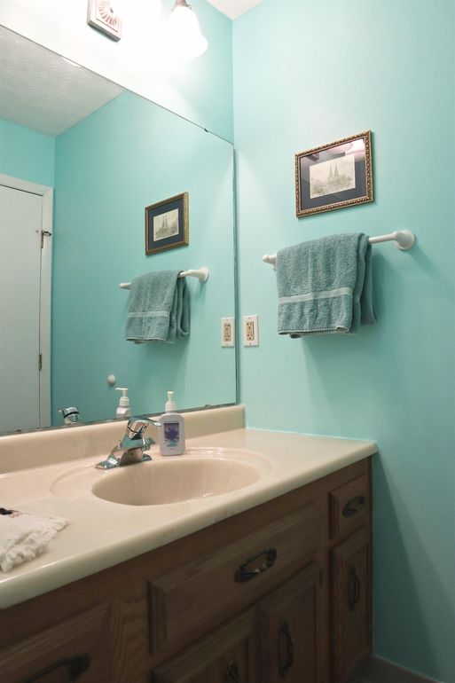 6394 Roth Ridge Dr, Miami Township, OH 45140 - Bathroom