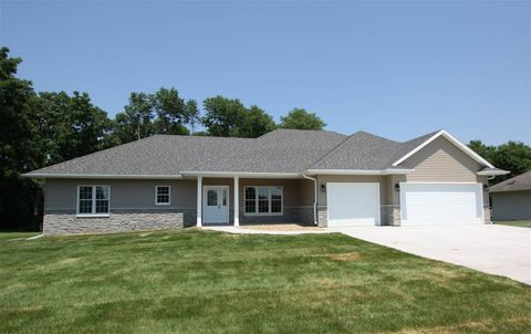 Photo of 1008 Tanglewood Dr, Manchester, IA 52057
