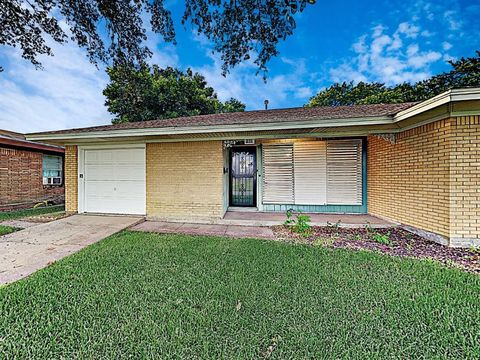 Photo of 1610 13th Ave N, Texas City, TX 77590